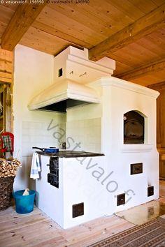 Keittiön sydän - koti asunto keittiö tupakeittiö maalaistalo omakotitalo tulisija liesi uuni puuliesi leivinuuni hormi muurattu rapattu slammattu anttiikkislammattu valkoinen uusi energia lämmönlähde lämmitys astia pyyhe puulämmitteinen puulämmitys puuhella hella