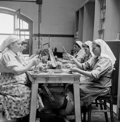 "Indústria de conserva de azeitona ""Cordeiro"", Estremoz. Décadas de 50/60. Portugal, Working People, Portuguese, Vintage Photos, Tumblr, Black And White, Photography, 1940s, Times"