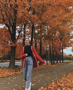 i missed my bus for these photos! i missed my bus for these photos! Poses Photo, Picture Poses, Autumn Photography, Photography Poses, Fall Outfits, Cute Outfits, Foto Casual, Autumn Cozy, Autumn Aesthetic