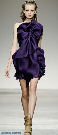 Rimondi Spring 2010 Ready-to-Wear Fashion Show - Anastasia Kuznetsova Runway Fashion, High Fashion, Fashion Show, Fashion Design, Women's Fashion, Color Violeta, Shades Of Purple, Deep Purple, Purple Haze