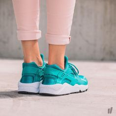 Sneakers femme - Nike Air Huarache Run (©overkillwomen) Nike Air Huarache, Nike Huarache Women, Nike Sneakers, Nike Shoes, Baskets Nike, Huaraches, Summer Shoes, Your Shoes, Winter Outfits