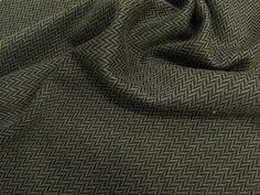 Jacquard Chevron (Caqui). Tecido Jacquard bicolor, com padrão Chevron, encorpado, com caimento mais pesado. Ideal para modelagens mais estruturadas. Sugestão para confeccionar: Blazers, Jaquetas, shorts, saias, calças, entre outros.