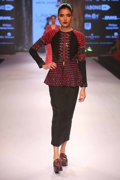 The mirror work that reflected the soul of Varanasi weavers by Anita Dongre at    Fashion Shows 2015, Trendy Fashion, Trendy Style, Lakme Fashion Week, Hijab Fashion, Monday Outfit, Designer Punjabi Suits, Anita Dongre, Girl Photography Poses