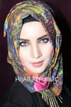 HR Beautiful Hijab Girl, Beautiful Eyes, Beautiful Women, Arab Fashion, Islamic Fashion, How To Be Graceful, Muslim Wedding Dresses, Muslim Beauty, Islamic Girl