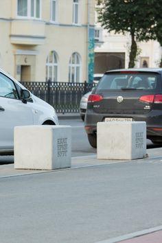 Коллекция парковочных ограничителей, моделирующих пространство перед зданием. Модули представленной серии могут быть использованы вкачестве уличных пуфов для различных зон отдыха. Cube