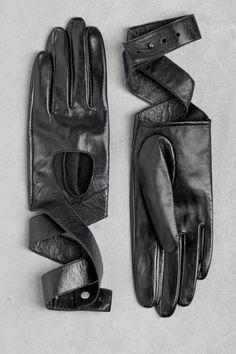 Leren handschoenen met wikkeldetail. 45 euro via webshop & Other Stories