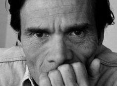 """Il Corso d'Italia è in curva, sotto le mura: e la folla che si assiepa ai margini è sconfinata. Un vecchietto si guarda intorno, intimidito, e dice a un suo compagno, che gli è accanto silenzioso: """"Vengono spontanei...."""". E guarda, umile, la folla degli uguali a lui."""