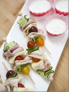 Skewered deli meat with tomatoes, olives and cucumber. Finger food for a cocktail hour snack! Spa Party Cakes, Tea Party, Good Food, Yummy Food, Tasty, Tea Sandwiches, Finger Sandwiches, Snacks Für Party, Party Games