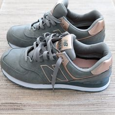 New Balance Metallic 574 Sneakers Modish and Main. Just copped these and I'm in LOVE! Cute Shoes, Me Too Shoes, New Balance Herren Sneaker, Shoes Sneakers, Shoes Heels, Gold Sneakers, High Heels, Sneakers Adidas, Adidas Outfit