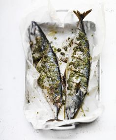 mackerel with parsley, capers and lemon Fish Recipes, Seafood Recipes, Cooking Recipes, Grilled Roast, Sushi Rolls, Good Fats, Fish Dishes, Fish And Seafood, Lunches And Dinners