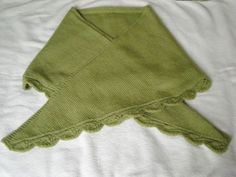 French translation with tips to improve the beginning and the finishing of the shawlette. Lace Shorts, White Shorts, Knit Crochet, Casual Shorts, Couture, Sewing, Pattern, Knitting Ideas, Tips