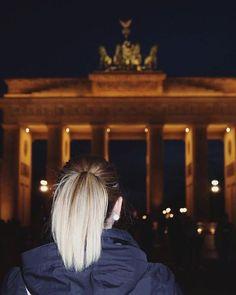 Mein 1. Mal am Brandenburger Tor :) Wir sind extra erst abends nach dem Reiseblogger BarCamp hingefahren um die spektakulären Lichtmomente einzufangen  Es war ein wirklich witzige Abend  #rbcamp16 #brandenburgertor #Berlin #premiere #erstesmal #gold #lichterglanz #spaß #fun #urlaub #reiseblog #travel #trip #dark #germany #photooftheday #pictureoftheday #ttot #happy #holiday http://ift.tt/1oICyaA
