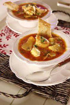 Sopa de bacalhau com tomate e ovo escalfado