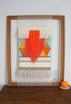 Voici un tuto pour apprendre à fabriquer un métier à tisser avec un vieux cadre. Ainsi il vous sera facile deréaliser une tapisserie graphique, qui feraun magnifique objet de décoration à accrocher… Weaving Wall Hanging, Weaving Art, Wall Hangings, Diy Wall Art, Diy Art, Weaving Techniques, Diy Crochet, Diy Projects To Try, Tapestry