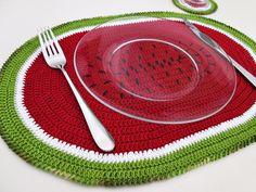 Lugar americano com porta-copos melancia (coleção Tutti Frutti).  Para uma mesa mais divertida e descolada.  100% artesanal.    Adicione já ao seu carrinho! R$ 30,00