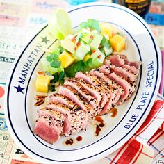 Den här goda rätten med halstrad tonfisksashimi och avokadosallad innehåller en massa nyttiga fetter.