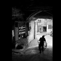#iran#Tehran#asia#middleest#uspiran#oudlajan#Bazar#downtown #black#white#silhouette#porter#hardworking#everydayeverywhere#eyeem#gettyimages#gettyreportage#Ebrahim#Seisan#Nikon#corridor# by ebrahim.seisan
