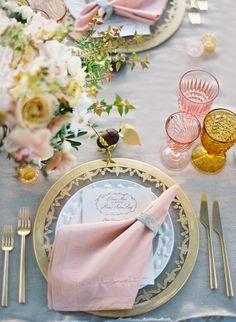 Eine traumhafte Hochzeitsdeko in Peach und Rosé | Photo by Jose Villa