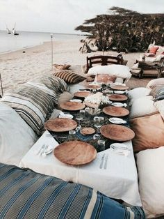 19 Fabulous Beach Picnic Ideas – Beach Bliss Living Let's hit the sand and have a fabulous beach picnic! Pack a Picnic Basket with some yummy bites and a bottle of Wine, and grab a Blanket. Table Dexterieur, Deco Table, Beach Dinner, Beach Picnic, Beach Party, Beach Bonfire, Sweet Home, Decoration Table, Spa Decorations