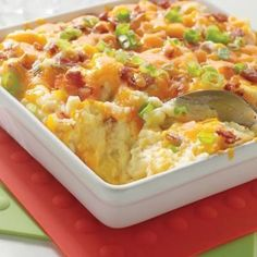 No matter how they're cooked and served, potatoes are definitely one of our favorite side dishes. They're also a great comfort food! This mashed potato casserole is a true crowd pleaser. Baked Potato Casserole, Casserole Recipes, Baked Potatoes, Potato Caserole, Cheesy Potatoes, Casserole Dishes, I Love Food, Good Food, Yummy Food