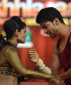 Gurmeet injures his shoulder while performing for Jhalak Dikhla Ja. Gurmeet Choudhary, Places To Visit, Couple Photos, Shoulder, Couples, Couple Shots, Couple Photography, Couple, Couple Pictures