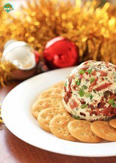 Una botana espectacular para recibir a nuestros invitados en Navidad y Año Nuevo: Bola de queso con tocino y jalapeño. Receta para Navidad http://cocinamuyfacil.com/bola-queso-tocino-jalapeno-receta-navidad/