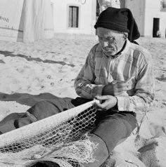Cenas da Vida Piscatória. Nazaré, década de 50. Black And White People, Fishing Villages, Back In The Day, Portuguese, Foto E Video, Memories, Terra, Face, Photography
