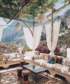 Terrasse ombragée et canapé XXL Outdoor Rooms, Outdoor Living, Outdoor Decor, Outdoor Seating, Outdoor Sheds, Exterior Design, Interior And Exterior, Gazebos, Living Spaces