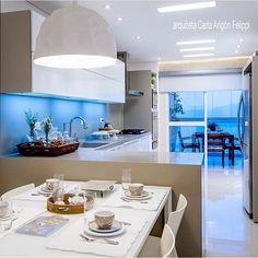 Cozinha, destaque para os tons neutros e para a integração com a varanda, super prático!!!