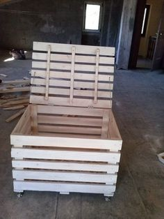 Pallet Storage box -- Pallet Plans and Furniture Projects Pallet Toy Boxes, Pallet Crates, Pallet Storage, Wooden Pallets, Wooden Diy, Pallet Wood, Lumber Storage, Pallet Benches, Pallet Couch