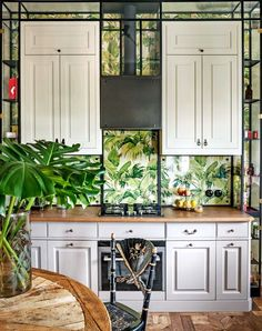 These are the most popular kitchens in Vogue Living: There's no trend like greenery to define The combination of this graphic green, botanical wallpaper and grey shaker cupboards is a fresh take on classic kitchen style. Wallpaper Backsplash Kitchen, Beadboard Backsplash, Backsplash Ideas, Hexagon Backsplash, Granite Backsplash, Mirror Backsplash, Herringbone Backsplash, Architectural Digest, Apartment Renovation