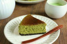 今日のおやつは、抹茶のチーズケーキ。 濃厚でほろ苦い、大人の抹茶チーズケーキです。 抹茶好きの私が大好きなケーキ。 ~抹茶チーズケーキのレシピ(15cm丸型)~ (生地) ・クリームチーズ 250g ・サワークリーム 100g ・砂糖 100g ・卵黄 1個分 ・卵 2個 ・生クリーム 200cc ・薄力粉 大さじ1・1/2 ・抹茶 大さじ3 (土台) ・オレオ 60g(クリームを取ったもの) ・無塩バター 20g ①土台を作ります。クリームを取ったオレオを袋に入れてめん棒などで叩いて細かく砕きます。そこにレンジなどで溶かしたバターを加えて混ぜます。 オーブンシートを敷いた型に敷き詰めて、冷蔵…