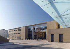 Architectour Sauer 05 : Diekirch – Complexe scolaire Un quartier central densifié. La place Guillaume est cernée au nord et à l'ouest par des établissements scolaires. La mise en scène respecte la topographie et la nature. L'ancienne rue de l'hôpital est convertie en partie en place publique comme lieu vivant. Architectes : Planet + SC Ingénieurs-Conseils: SGI Ingenerie, Kenkel Jean