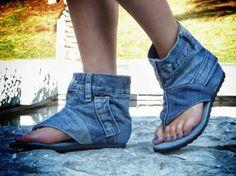 Para la moda seguramente éstas sandalias de mezclilla son un crimen. Denominados Jeans Sandal Boots éste extraño tipo de calzado es hecho por la artista DaniKshoes quien utiliza viejos pares de jeans para crear completamente a mano estas sandalias. Pueden ser adquiridas a un precio de 125 dólares.