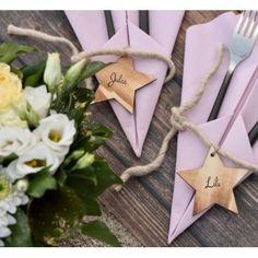 Etiquette étoile en bois brûlé avec cordon les 4 Scrapbooking, Lily, Gift Wrapping, Gifts, Towel Paper, Burnt Wood, Disposable Tableware, Gift Wrapping Paper, Presents