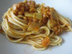 babyvoeding met wintergroenten: pasta met linzen en prei, genoeg voor 1 baby,1à2 kleuters en 2 volwassenen - vanaf 6 mnd 150 g bruine of groene linzen, vooraf goed gespoeld 1 fles passata van biotime ( ongeveer 700g) 2 stronkjes prei, fijngesnipperd 2 worteltjes, fijngesnipperd marjolein, basilicum, oregano en eventueel wat zacht paprikapoeder (let wel op : niet de pikante soort!). Kruiden vers of gedroogd... 500 g pasta olijfolie 1 glas ( 200 ml) water