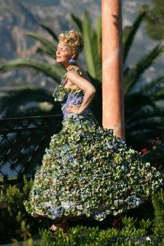 http://iamflorist.com/thumb/800x800_0/img/events/exhibitions_festivals_show/floral_dresses_of_bal_des_fleurs/16.JPG