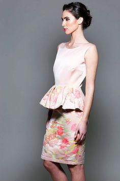 Maravilloso vestido corto en color rosa palo con un original volante en la zona de la cintura y estampado de flores rosas. Es una mezcla entre discreción por su color rosa palo y elegancia por su falda de lápiz con peplum. #invitadasboda #vestidoscortos #vestidosestampados www.apparentia.com