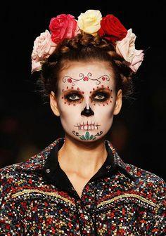 Corpse model (with mourning garland), Berlin Fashion Week – Halloween Make Up Ideas Halloween Makeup Looks, Halloween Make Up, Halloween Party, Halloween Costumes, Pretty Halloween, Halloween Inspo, Group Halloween, Halloween Pictures, Halloween Season