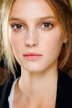 Natural Makeup Sigrid Agren en backstage du défilé Valentino couture automne-hiver www. - You only need to know some tricks to achieve a perfect image in a short time. Beauty Make-up, Beauty Hacks, Hair Beauty, Vegan Beauty, Beauty Style, No Make Up Make Up Look, Rose Gold Eyeshadow, Make Up Braut, Makeup Trends