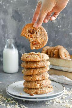 עוגיות שיבולת שועל טבעוניות, כל כך קריספיות שזה לא יאמן. עם מלא הפתעות- אגוזים, צימוקים קינמון ועוד. קלות להכנה ואפשר להכין גם ללא גלוטן. Vegan Oat Cookies, Gluten Free Cookies, Yummy Cookies, Vegan Dessert Recipes, Fudge Recipes, Cookie Recipes, Heath Bar Cookies, Bread Shop, Homemade Cookies