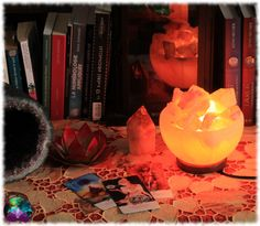 Cette lampe offrira une ambiance chaleureuse et zen à votre quotidien. Idéale pour apporter une touche de magie et d'harmonie dans votre intérieur ou votre cabinet. Decoration, Pumpkin Carving, Zen, Table Lamp, Cabinet, Home Decor, Decorative Storage, Storage, Warm