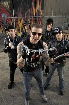 Avenged Sevenfold. Meet M.Shadows, get his autograph on my arm and get it tattoo'd on the next day! ;-)                                                                                                                                                                                 Más
