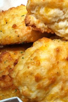 If your favorite Red Lobster menu item is the cheddar bay biscuits, you'll love our fast and easy Copycat Red Lobster Cheddar Bay Biscuits recipe! Red Lobster Cheddar Bay Biscuits Recipe, Cheese Biscuits, Cheese Scones, Baking Soda Baking Powder, Baking Soda Uses, Baking Soda Health, Copykat Recipes, Biscuit Recipe, Dinner Rolls