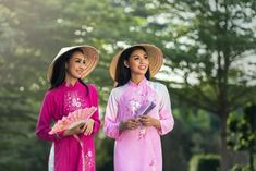 Vietnamese women are the most beautiful Asian women in the world. What is more, you will find Vietnamese girls to be family oriented, modest, emotionally Summer Hats For Women, Hanoi Vietnam, Vietnam Travel, Little Fashionista, Girl With Hat, Traditional Outfits, Asian Woman, Free Images, Free Photos
