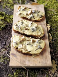 Buttery Garlic Mushroom Toast with Herbed Ricotta Spread Veggie Recipes, New Recipes, Mushroom Toast, Nutella French Toast, Food Porn, Brunch, Bruchetta, Easy Eat, Breakfast Toast