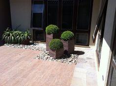 Resultado de imagem para jardim com pedras e vasos