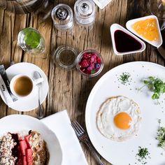 Was steht bei euch heute auf dem Frühstückstisch? Womit beginnst du am liebsten deinen Tag? 💪 Denn wir wissen, das richtige Frühstück macht den Tag zum Erfolg! Egal ob Power-Fühstück für deine Wandertour, Frühstück ans Bett für deinen Schatz oder nur ein schneller Snack, weil man gleich raus in die Natur will und das Bergfeeling nicht mehr erwarten kann! Es liegt uns am Herzen 💛, dass unsere eva,FRIENDS direkt vom Frühstücksbuffet perfekt in den Tag starten. #evamoments #saalbach Panna Cotta, Beverages, Japanese, Friends, Ethnic Recipes, Food, Mise En Place, Don't Care, Do Your Thing