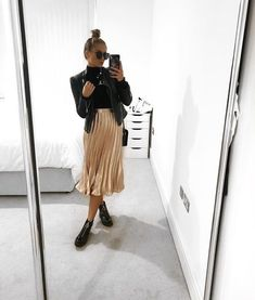 Schöner Rock, Stiefel und Lederjacke Inspirierende Damen Beautiful skirt, boots and leather jacket Inspirational ladies, # leather jacket beautiful Check more at Spring Outfits, Trendy Outfits, Cute Outfits, Fashion Outfits, Fashion Tips, Fashion Trends, Fashion Ideas, Fashion Essentials, Beautiful Outfits