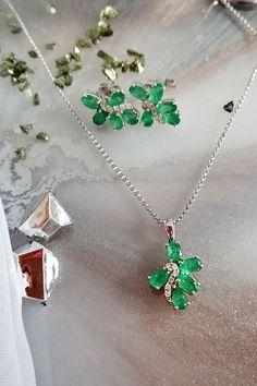 Ako si predstavíte dokonalosť v zelenom? My cez šperky osadené smaragdmi, majúcimi priam mystickú príťažlivosť. Veľa našich zákazníčok siaha práve po tomto drahom kameni čisto intuitívne, zelenoočky so správnym predpokladom, že im zvýrazní krásnu farbu očí, no pre množstvo žien alebo darček vyberajúcich mužov, sú naozaj jednoznačnou, jasnou a automatickou voľbou. Pre všetkých vymenovaných máme v ponuke súpravu Lush, v zložení prívesku a náušníc. Lush, Turquoise Necklace, Emerald, Gemstones, Green, Jewelry, Jewlery, Gems, Jewerly